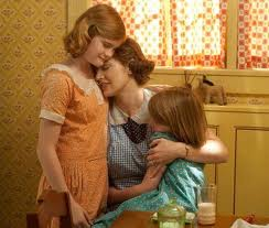 Mildred sa kćerima nakon što je izbacila muža iz kuće zbog preljuba